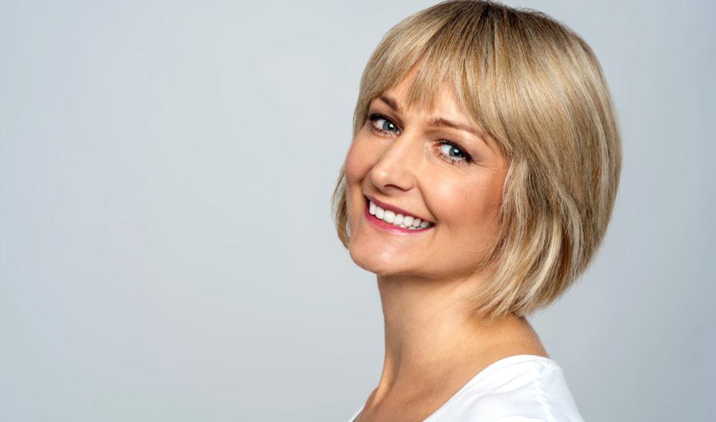 微笑的中年女人,金色短发